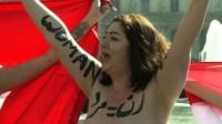 Féministes à poil contre soumises à voile
