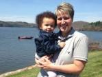 Deux lesbiennes mariées font un procès à une banque du sperme pour leur bébé métis né par PMA