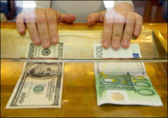 Dollar fort face à un euro affaibli