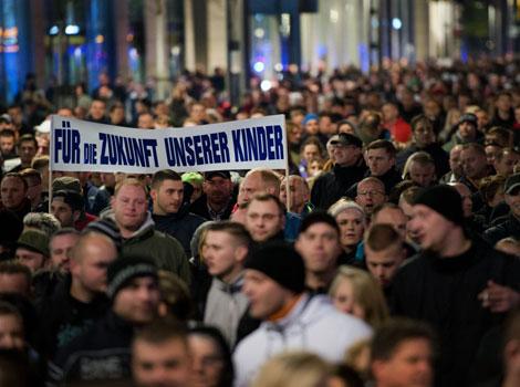 Sous prétexte de pourchasser la haine, l'ONU, Merkel et Hollande et leurs médias interdisent la parole des peuples dans - ECLAIRAGE - REFLEXION Hollande-Merkel-ONU-Medias-Parole-Peuples-Haine