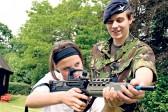Royaume-Uni: enrôler les jeunes filles en manque de père dans l'armée