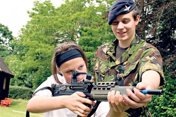 jeunes filles manque de pere armee Royaume-Uni