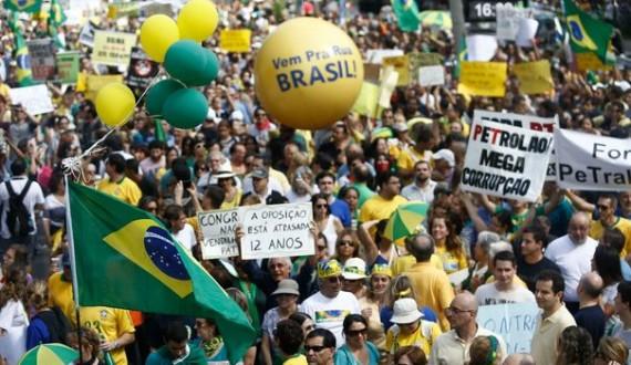 Brésil : la crise économique et le scandale Pétrobras poussent 1,5 million de manifestants à réclamer la destitution de Dilma Rousseff