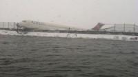 La photo: New York: tempête de neige et dérapage spectaculaire d'un avion