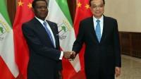 La photo: Chine : poignée de mains de deux maçons