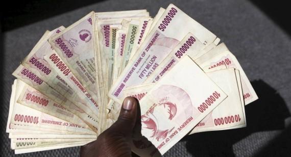 Zimbabwe hyperinflation Mugabe milliards dollars inutilisables