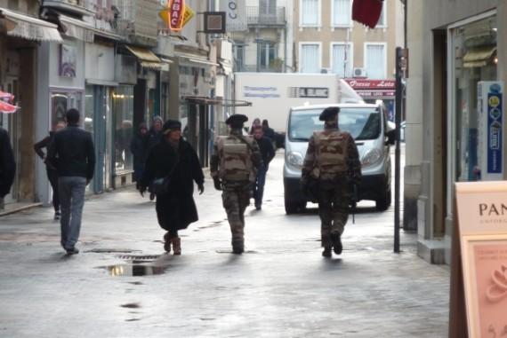 Militaires policiers caillassés hommes cagoulés Valence