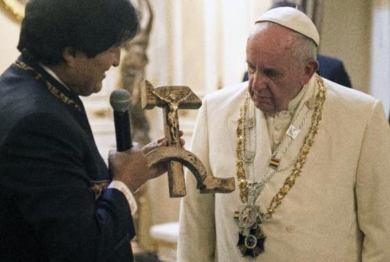 Vatican crucifix communiste Evo Morales symbole dialogue