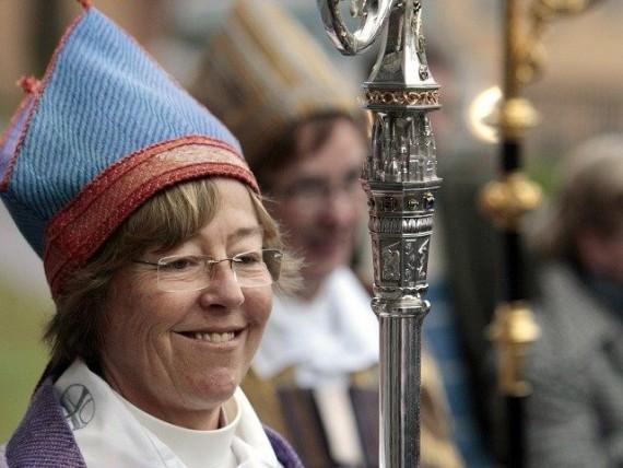 Brunne évêquesse lesbienne retirer croix église ajouter symboles musulmans