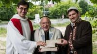 Le pasteur Gregor Hohberg, le rabbin Tovia Ben-Chorin et l'imam Kader Sanci posent la première pière de leur projet de lieu de culte commun, à Berlin (Allemagne), le 3 juin 2014.