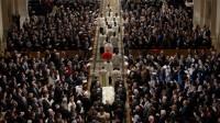 Les fils et les gendres de M. Scalia ont transporté son cercueil recouvert du drapeau américain jusque dans la Basilique du sanctuaire national de l'Immaculée Conception à Washington à l'occasion du service funèbre en l'honneur du magistrat décédé subitement  à l'âge de 79 ans.