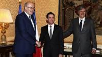 Le commissaire européen à l'Agriculture, Phil Hogan (G), le Premier ministre Manuel Valls (C) et le ministre français de l'Agriculture, Stéphane Le Foll (D), le 25 Février à Paris.