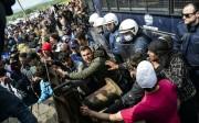 La Grèce condamne l'utilisation de lacrymogènes et balles en caoutchouc par la Macédoine pour repousser les migrants