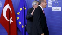 Le président de la Commission européenne Jean-Claude Juncker passe la main dans le dos du président turc Recep Tayyip Erdogan.