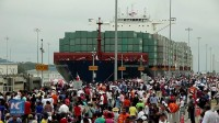La photo: Le canal de Panama élargi accueille son premier porte-conteneurs: un navire chinois