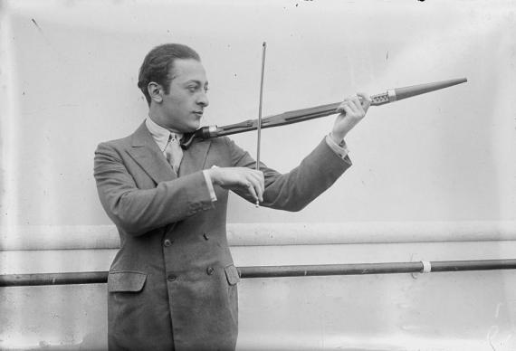 Avec son violon-canne