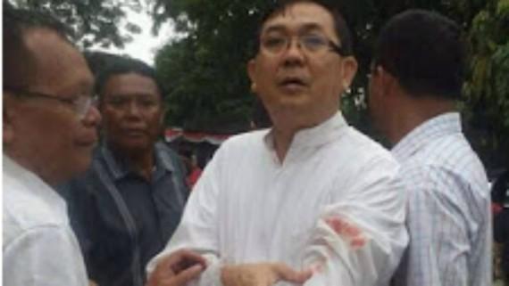 attentat suicide manqué Indonésie prêtre blessé messe