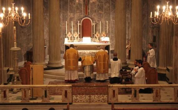 cardinal Burke Sarah célébrer ad orientem face autel