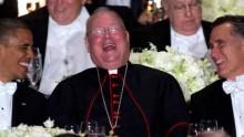 Dîner Al Smith de 2012 : le cardinal Dolan plaisante avec les candidats à la présidentielle, Barack Obama et Mitt Romney.