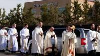 Mgr Samuel Aquila (lunettes de soleil), à la tête de 1.800 catholiques, mène une procession du Saint-Sacrement autour de l'avortoir de Planned Parenthood à Denver (Colorado) le 5 mars 2016 pendant la campagne des 40 Days for Life (10 février-20 mars).