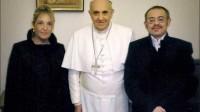 """Le pape François en compagnie d'une femme ayant """"changé de sexe"""" et de son """"épouse""""."""