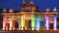 """Porte d'Alcalá de Madrid aux couleurs de la """"gay pride"""""""