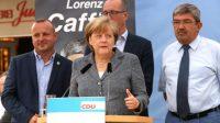 La chancelière allemande Angela Merkel à côté du ministre de l'Intérieur de Mecklembourg-Poméranie occidentale Lorenz Caffier (droite) et le candidat de la CDU Christian Democratic, lors d'un meeting de campagne à Bad Doberan (est), le 3 septembre 2016.