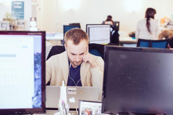 Travailler dans un environnement bruyant est plus productif - Travailler dans un bureau ...