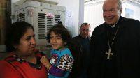 Le cardinal Schönborn saluant des Iraquiens