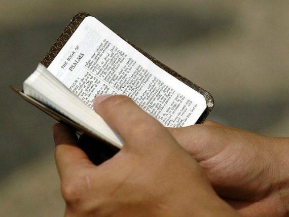 femme agressée migrant afghan cause elle lisait Bible Autriche
