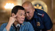 Le président philippin, Rodrigo Duterte, avec son chef de la police, Ronald dela Rosa, lors d'une conférence de presse à Manille, le 30 janvier 2017.