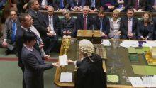 Une députée britannique tend le résultat définitif du vote à un greffier, le 8 février 2017.