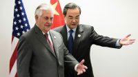 Le secrétaire d'Etat américain Rex Tillerson et le ministre chinois des Affaires étrangères Wang Yi, lors d'une rencontre en marge du G20, le 17 février 2017 à Bonn.