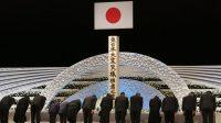 Familles endeuillées s'inclinant devant l'autel en mémoire des victimes du tsunami de mars 2011