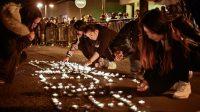 """Avec des bougies, les manifestants ont écrit """"violence"""" devant le commissariat du 19ème arrondissement de Paris, lundi soir."""