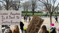 Devant la Maison Blanche, le 11 mars 2017, des manifestants contre le nouveau décret Trump