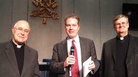 Mgr Ardura, Greg Burke et le P. Johannes Grohe.