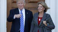 Le président Donald Trump, en compagnie de Betsy DeVos, secrétaire à l'Éducation.