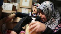 Femmes turques à Cologne triant des dons pour les réfugiés