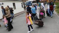 Des réfugiés syriens arrivent dans un camp à Friedland, en Allemagne.