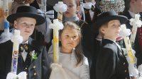 Enfants allemands en costume régional pour leur première communion