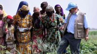 Le directeur général de la FAO, Graziano Da Silva, dans un champ à Maiduguri, au Nigeria, le 7 avril 2017.