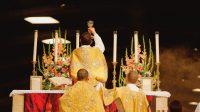 Messe célébrée selon l'ancien rite dans la basilique Saint-Pie X, à Lourdes.