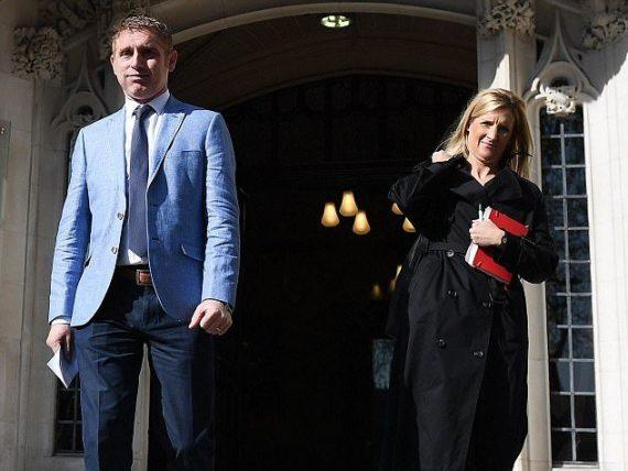 Jon Platt et sa femme Sally après la décision de la cour suprême  de Londres.