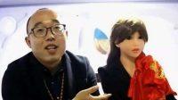 Zheng Jiajia en compagnie de sa femme-robot Yingying.