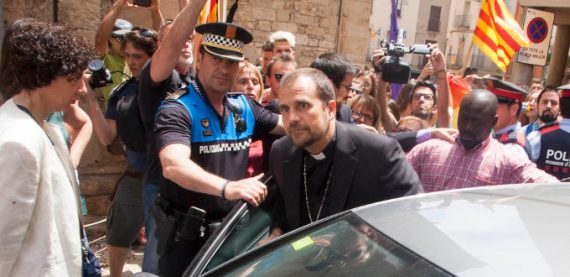 évêque Solsona Espagne sortir église escorte policière