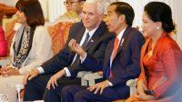 Le vice-président américain Mike Pence, discute avec le président indonésien Joko Widodo, entourés de leurs épouses, à Jakarta, le 20 avril 2017.