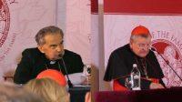 """Les cardinaux Caffarra (à gauche) et Burke au """"Rome Life Forum"""""""