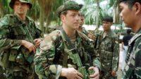 Le Capitaine Todd Thompson, des Forces Spéciales des États-Unis de Californie, parle avec le colonel Reynato Padoue des Rangers scouts des Philippines, en tant que Sgt maître.