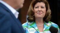 La candidate Karen Handel écoute le leader républicain à la Chambre des représentants, Kevin McCarthy, le 19 juin 2017, à Alpharetta.